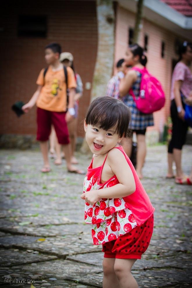 Mỗi lúc đi làm về mệt mỏi, nhìn nụ cười của con trẻ khiến anh Tuấn quên đi tất cả và dường như chỉ tập trung vui đùa cùng hai con.