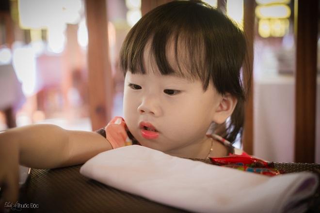"""Do bé đang trong quá trình tập nói nên mỗi sáng khi bố đi làm, bé thường hát: """"Khi ông trời màu cỏ (đỏ) thì ba sẽ về…""""."""