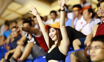 'Cổ động viên xinh đẹp nhất VN' mang Truyền hình FPT đến Mỹ Đình