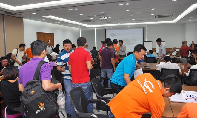 Đợt 2 trong khóa đào tạo quản lý toàn diện do Trung tâm đào tạo FPT Telecom - FTC - tổ chức diễn ra từ ngày 14-15/8 tại tòa nhà FPT Tân Thuận, quận 7, với 53 học viên là giám đốc các chi nhánh các tỉnh phía Nam, bao gồm Vùng 5, 6 và 7, cán bộ phụ trách kinh doanh tại FPT Telecom Campuchia và Viễn thông quốc tế FPT (FTI). Trong ngày 14/8, các chuyên đề bao gồm: Quản trị hạ tầng viễn thông hiệu quả dành cho giám đốc chi nhánh do anh Vũ Anh Tú đứng lớp và chia sẻ của TGĐ Nguyễn Văn Khoa về những giá trị lãnh đạo của FPT Telecom. Sáng 15/8, chủ đề Quản trị dịch vụ khách hàng do anh Chu Hùng Thắng giảng dạy. Ngay đầu giờ, Ban tổ chức đã yêu cầu các học viên điểm danh và di chuyển theo số để về các nhóm được để sẵn số trên bàn. Mục đích là chia nhân sự các Vùng và đơn vị đan xen nhau để tạo cơ hội giao lưu, học hỏi giữa các học viên.