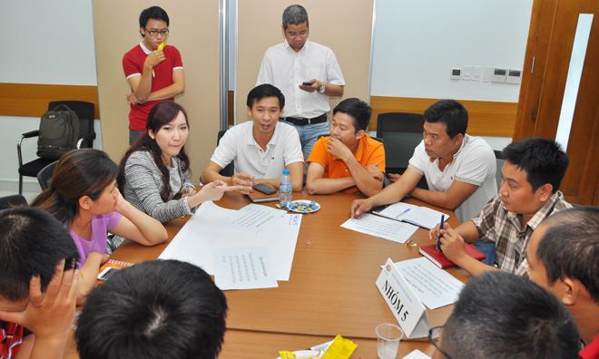 """Sau bài giảng, các nhóm bắt đầu giải bài toán được giao. 6 đề tài """"có trọng lượng"""" nhất được giảng viên lựa chọn từ các câu hỏi học viên gửi về Ban tổ chức. Các nội dung xoay quanh: Giải pháp cạnh tranh với các đối thủ; Chuyên nghiệp hóa nhân viên thu ngân, kỹ thuật; Xây dựng đội ngũ nhân sự; Giữ chân khách hàng; Điều hòa doanh thu..."""