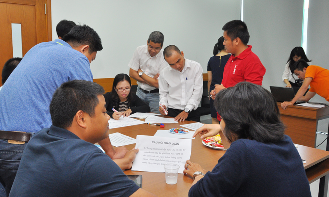 Trong khi các đồng nghiệp đang vạch ra những ý chính thì anh Vũ Văn Kết, GĐ Kinh doanh FPT Telecom Campuchia và chị Nguyễn Tú, Trưởng phòng Nội dung, Truyền hình FPT, cùng thảo luận sâu về đề bài.