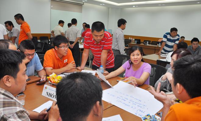 Chị Cao Hoài Thương (áo tím), GĐ Trung tâm Kinh doanh Sài Gòn 3, dù đang mang bầu bé thứ hai khá lớn vẫn tham gia sôi nổi cùng các thành viên trong nhóm 5. Nhóm này chịu trách nhiệm giải bài toán về cạnh tranh với đối thủ mạnh nhưng với nguồn lực hạn chế.