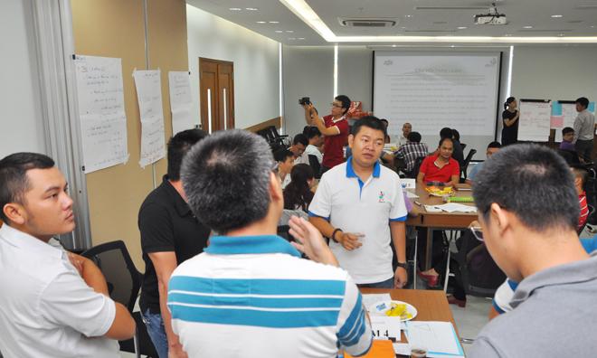 Các đội khác đã treo phần trình bày và Ban tổ chức báo thời gian chỉ còn 3 phút nhưng anh Trương Gia Bảo, GĐ Dự án FShare và FSend, vẫn hăng say tranh luận các nội dung với thành viên trong nhóm.