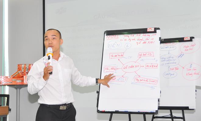 Anh Lê Tấn Thành, GĐ FPT Telecom Long An, đại diện nhóm 6, với việc hài hòa giữa doanh thu và giữ chân khách hàng. Theo giám khảo Trần Vân Nam, PGĐ Trung tâm quản lý cước, phần trình bày của đội khá rõ ràng và hấp dẫn.
