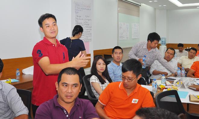 Với những tranh luận chưa tìm ra đáp số chung hay góc nhìn quá khác nhau, giảng viên Chu Hùng Thắng sẽ vào cuộc. Ban tổ chức lớp học đã linh động bổ sung bánh kẹo và nước để mọi người lót dạ cho bữa trưa.