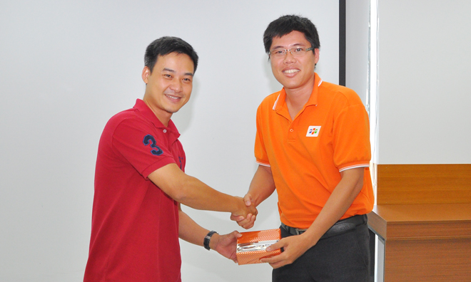 Các học viên đặt câu hỏi hay cũng được nhận quà. Trong ảnh:Anh Chu Hùng Thắng trao quà cho anh Châu Quốc Việt, GĐ FPT Telecom Bạc Liêu.