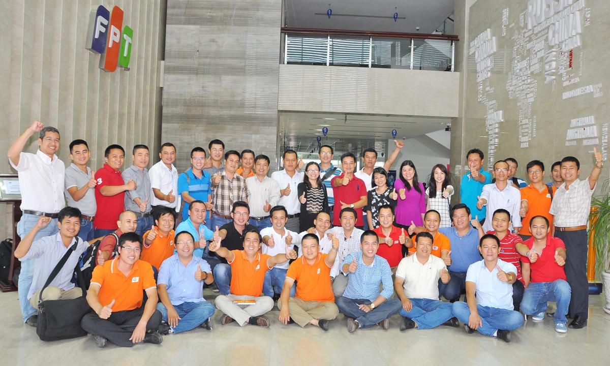 Cả lớp chụp hình lưu niệm tại sảnh tòa nhà Tân Thuận lúc 14h và nhiều học viên ở miền Đông, miền Tây và Campuchia đã tranh thủ lên xe về địa phương để giải quyết công việc. Theo đại diện Trung tâm Đào tạo FPT Telecom, lớp quản lý toàn diện sẽ còn đợt học tháng 9 với các chuyên môn về Nhân sự, Truyền thông... Quản lý toàn diện là chương trình đào tạo thường niên của FPT Telecom dành cho các giám đốc cấp chi nhánh. Tuy nhiên, các năm trước, đơn vị thường mời giảng viên bên ngoài. Cách đây một tuần, đợt đầu tiên đã diễn ra tại Hà Nội trong hai ngày 7-8/8 với sự chủ trì của Chủ tịch FPT Telecom Chu Thanh Hà, PTGĐ Vũ Mai Hương và PTGĐ Hoàng Trung Kiên.Học viên tham dự chương trình tại Hà Nội là giám đốc các chi nhánh các tỉnh phía Bắc, bao gồm Vùng 1, 2, 3, 4, và Viễn thông quốc tế FPT - FTI.