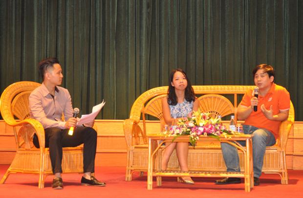 Các diễn giả chia sẻ cơ hội việc làm và cách tạo CV ấn tượng với sinh viên.