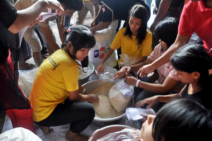 Sau khi phát động chương trình quyên góp, FPT Myanmar đã thu được gần 2.000 USD và trên 20 bao quần áo, chăn màn.