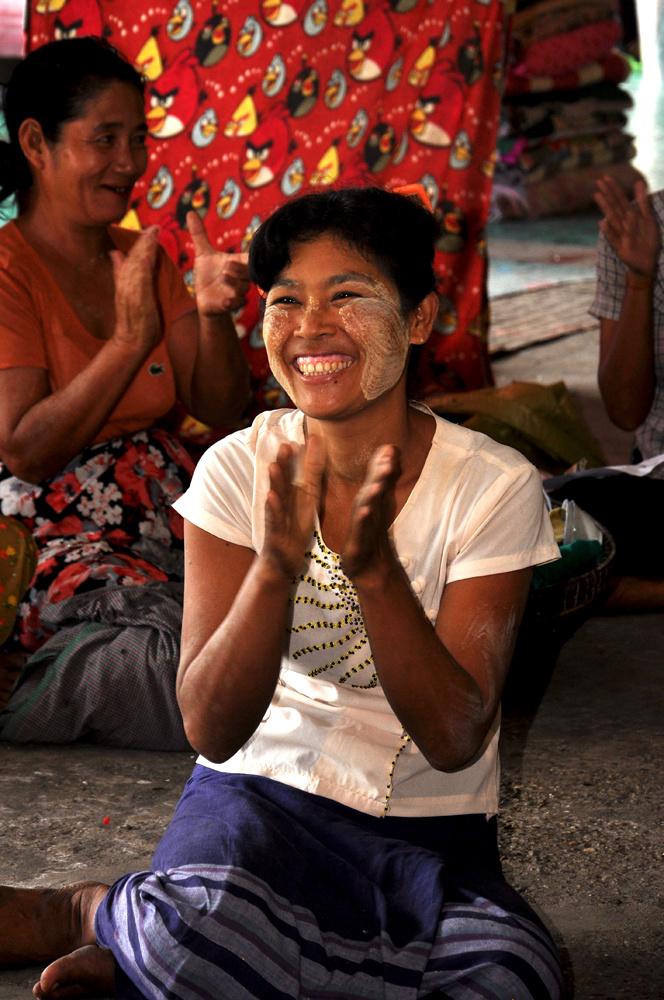 Bởi vậy, bằng việc quyên góp quần áo, lương thực và thuốc men cho các gia đình, FPT Myanmar đã đem lại nụ cười và niềm vui cho rất nhiều em nhỏ.
