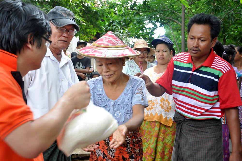 Với số tiền ủng hộ này, FPT Myanmar đã mua 1,5 tấn gạo, rất nhiều thuốc men và nhiều vật dụng hữu ích như lều bạt, nước uống, mỳ gói…