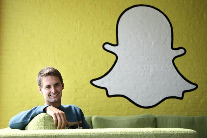 5. Snapchat. Giá trị thương hiệu: 16. CEO: Evan Spiegel. Thành lập: 2012. SnapChat là ứng dụng mạng xã hội dùng để chia sẻ thông tin, hình ảnh, video và chỉ có một (hoặc một số) bạn bè trong danh sách của người dùng được gửi đến những thông tin trên mới có thể thấy chúng. Sau khi người nhận đã đọc xong thông tin được gửi đến, chúng sẽ tự động biến mất khỏi giao diện của người được gửi. Số tiền gây quỹ ban đầu: 1,2 tỷ USD. Những nhà đầu tư đáng chú ý: Yahoo, Kleiner Perkins, Benchmark Capital, Lightspeed Venture Partners, Coatue Management và SV Angel.