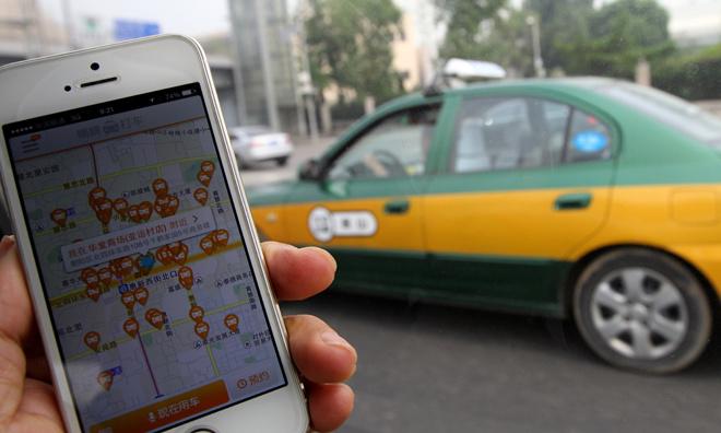 7. Didi Kuaidi. Giá trị thương hiệu: 15 tỷ USD. CEO: Anthony Tan. Đây là hãng phát triển ứng dụng kết nối lái xe taxi và khách hàng hàng đầu tại Trung Quốc. Didi Kuaidi được thành lập vào tháng 2/2015 khi hai hãng Didi và Kuaidi sáp nhập với nhau nhằm giảm chi phí và tăng tính cạnh tranh với Uber. Chỉ vài tháng sau khi sáp nhập, hãng ứng dụng taxi mới quyết định đầu tư thêm 1,5 tỷ USD, khoản đầu tư này gấp hai lần giá trị của công ty tại thời điểm sáp nhập. Mặc dù vẫn duy trì hai ứng dụng riêng biệt là Didi và Kuaidi, DidiKuaidi đang thống trị thị trường Trung Quốc. Hai ứng dụng của hãng này sử dụng chung một công nghệ lõi và dữ liệu. Kết hợp với nhau, hai ứng dụng chiếm 78% đơn đặt xe trong khi Uber chỉ chiếm 11%.