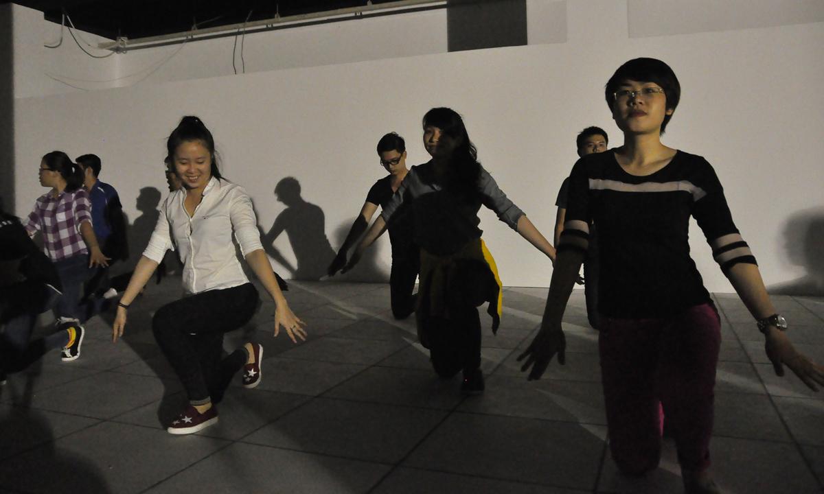 Đội hình được chia làm các nhóm nhỏ để rèn thành thục các động tác cá nhân cũng như phối hợp nhóm.