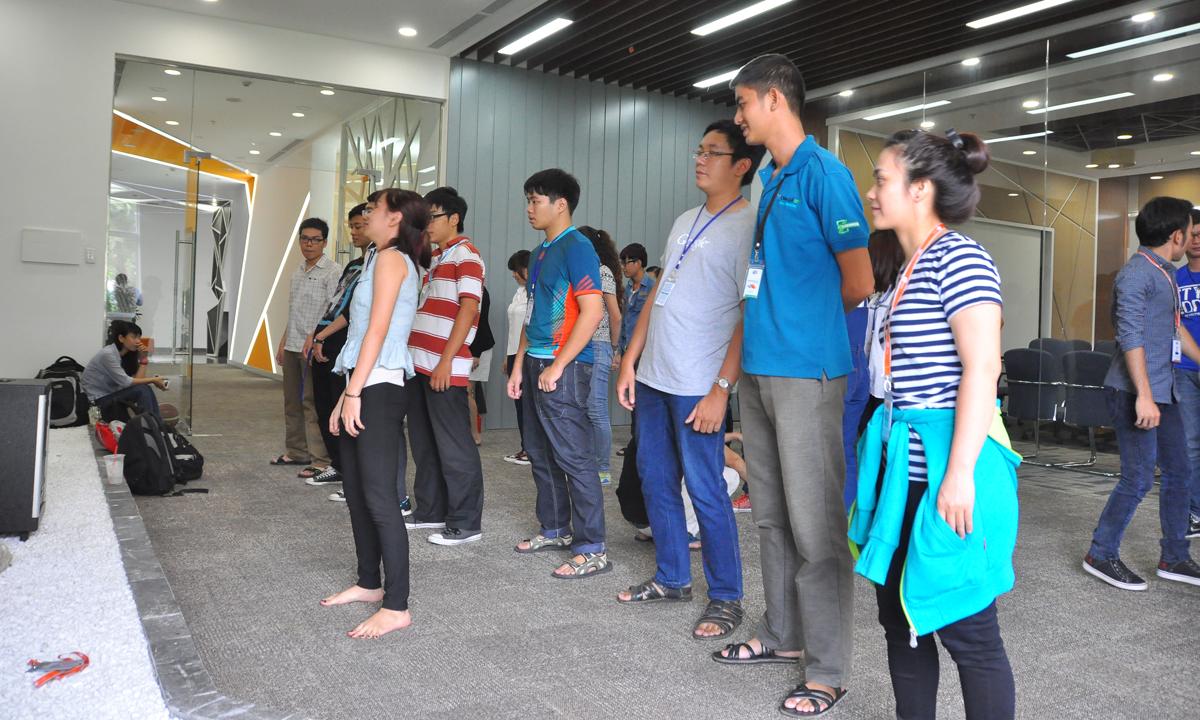 """""""Cô giáo"""" Lê Ngọc Quỳnh (hàng trên), Z8, đang thị phạm động tác cho các đồng nghiệp."""