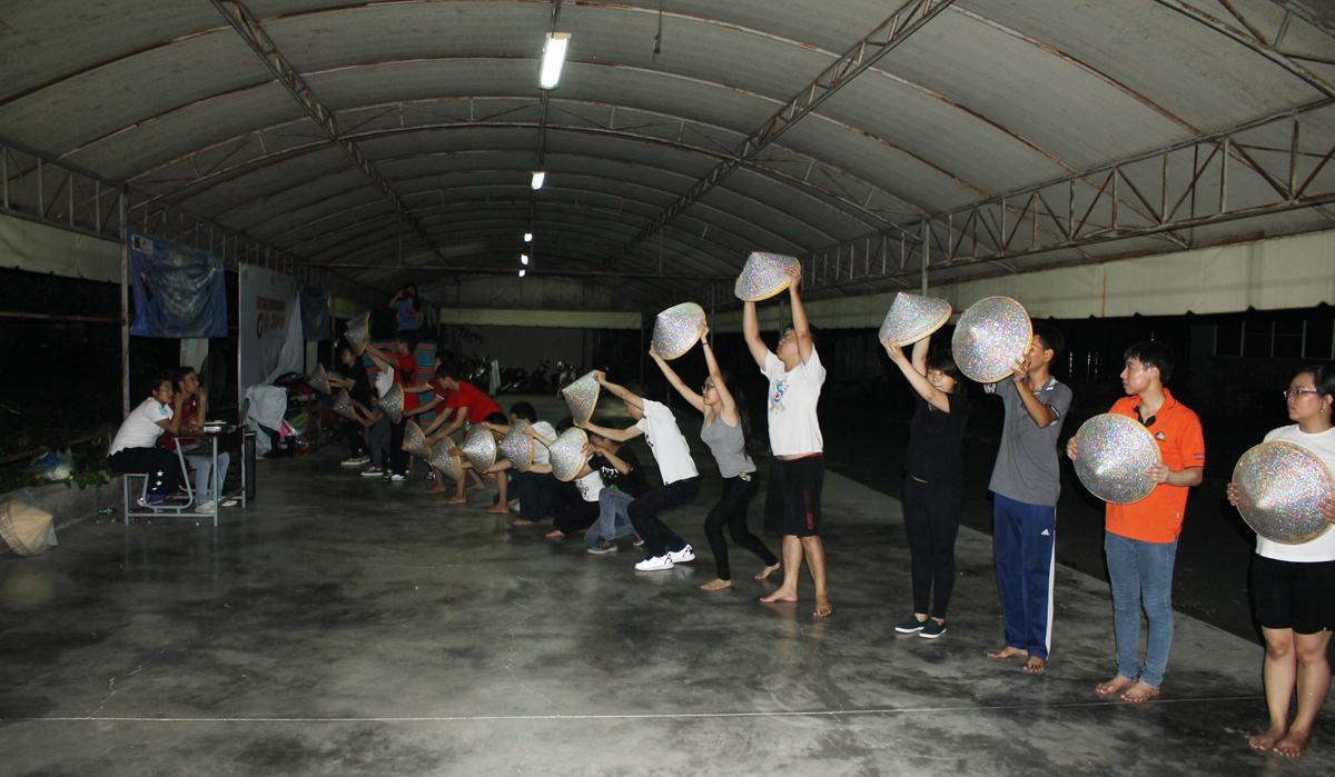 Thời gian hạn hẹp nên các thành viên của FE chủ yếu tập luyện vào lúc chiều tối.