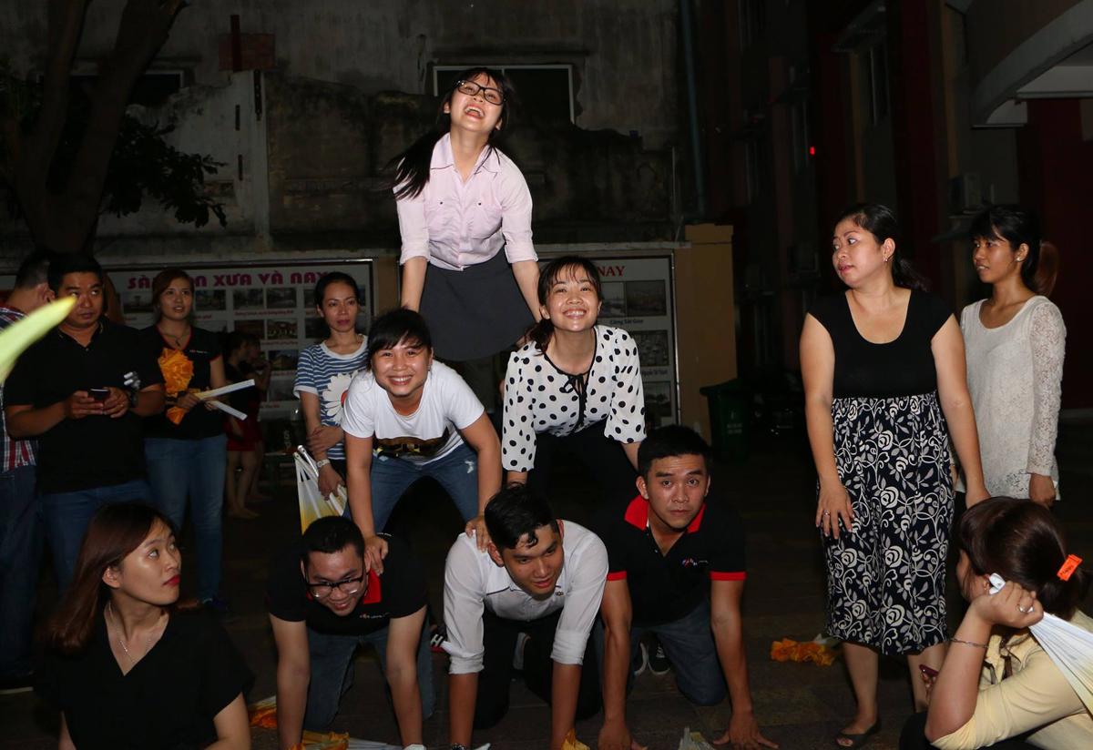 """Do đặc thù công việc nên người Bán lẻ cũng chỉ tập trung tập luyện vào các buổi chiều tối hằng ngày. Theo chủ đề bốc thăm, 40 CBNV của FPT Retail sẽ tham gia diễu hành, trong đó 20 thành viên trong trang phục áo dài truyền thống sẽ biểu diễn trên nền ca khúc """"Hãy đến với con người Việt Nam tôi"""" xen lẫn những điệu múa quạt dịu dàng, đằm thắm."""