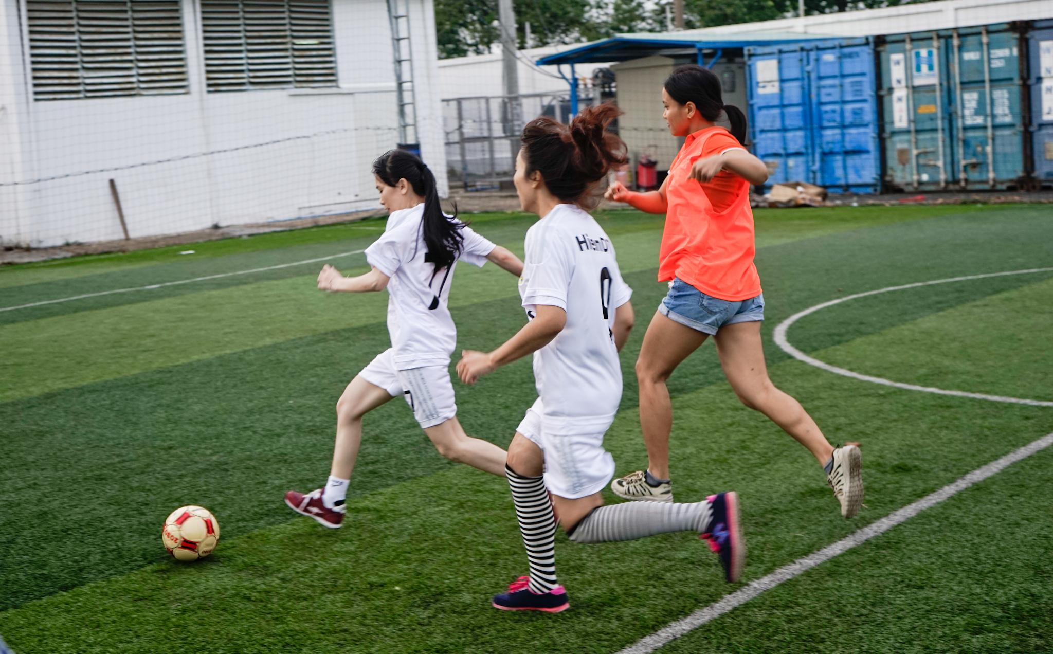 Trước khi trận đấu diễn ra, đội CSKH06 với sự góp mặt của chị Mạc Thị Bảo Huyên, Trưởng phòng CSKH06, trong đội hình ra sân được đánh giá nhỉnh hơn đối thủ về lực lượng cũng như chuyên môn.