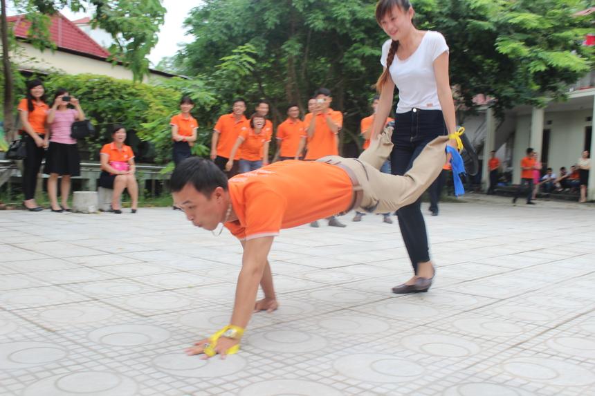 CBNV chi nhánh khởi động buổi lễ bằng những chơi trò trơi vui nhộn như vận chuyển người nhanh nhất, trang điểm cho nam...