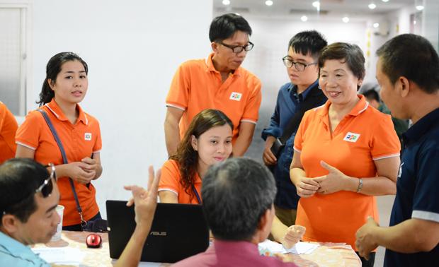 Chị Trương Thanh Thanh (thứ 2 từ phải qua), người khởi xướng chương trình hỗ trợ người dân mua vé tàu Tết.
