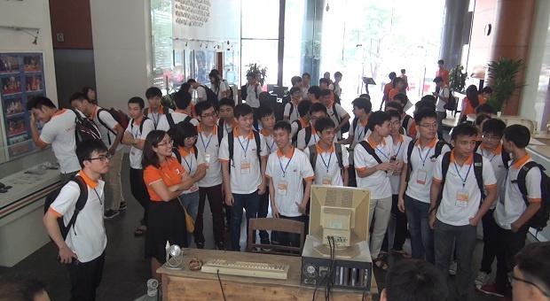 """Chương trình SMAC Challenge Open Camp kéo dài trong hai ngày 17-18/10 gồm các nội dung: giới thiệu FPT, thi trình bày ý tưởng và các hoạt động vui chơi. Trong ảnh là Trưởng Ban Truyền thông FPT (FCC) kiêm Trưởng BTC cuộc thi Bùi Nguyễn Phương Châu chia sẻ về lịch sử hình thành và văn hóa FPT. Lắng nghe phần trình bày của diễn giả, Trịnh Thị Linh đội AAT (Aproteain Aptech) cho biết: """"Mới đầu em chưa hiểu hết về FPT. Tuy nhiên, khi được xem video và nghe diễn giả trình bày bản thân em rất thích môi trường văn hóa hiện đại mà truyền thống tại FPT"""". Kết thúc buổi chia sẻ, cả đoàn di chuyển xuống tầng 0 tòa nhà FPT, nơi trưng bày các hiện vật lịch sử cũng như văn hóa phi vật thể của FPT."""