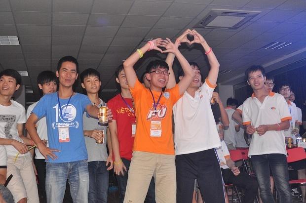 Các thí sinh cuồng nhiệt cổ vũ cho phần thi của đội nhà.