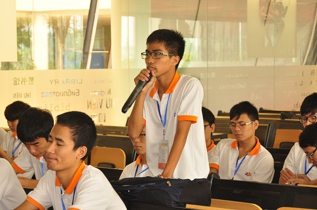 """Rất nhiều câu hỏi được đặt gia cho diễn giả về chính sách dành cho sinh viên khi có ý tưởng sáng tạo? Bí quyết thành công trong công việc? Các vấn đề liên quan đến Product Security, các ứng dụng SMAC. 'Vấn đề em quan tâm là các xu hướng công nghệ đang đổi mới. Em thích phần Product Security của diễn giả Nguyễn Minh Đức, cho thấy bức tranh về bảo mật an toàn tại Việt Nam và trên thế giới"""", thí sinh Hoàng Thanh Tâm, Đội UET Avengers (Đại học Công nghệ - ĐH Quốc gia Hà Nội) cho biết."""