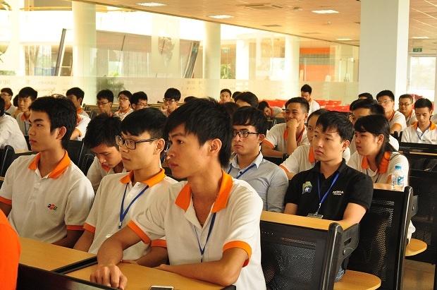 """Trả lời câu hỏi bí quyết thành công trong công việc diễn giả Lê Hồng Việt, Giám đốc công nghệ FPT Software cho rằng, cần phải biết bản thân mạnh - yếu lĩnh vực gì. Quan trọng phải có sự tương tác """"Bạn thành công nhất khi những người xung quanh bạn thành công"""", anh chia sẻ."""