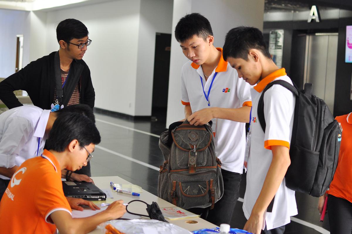 """SMAC Open Camp, với các hoạt động nhóm (teambuilding) cùng tọa đàm """"Công nghệ SMAC và ứng dụng"""", dành cho 21 đội chơi đến từ các trường tại TP HCM như: ĐH Khoa học Tự nhiên, ĐH Việt Đức, ĐH FPT, ĐH Công nghệ, ĐH Sư phạm Kỹ thuật… diễn ra ngày 24/10 tại F-Town, quận 9. Trước đó, chương trình tương tự diễn ra ở Hà Nội ngày 17/10 với sự tham dự của hơn 200 thí sinh. Do địa điểm tổ chức ở khá xa trung tâm nên Ban tổ chức dự định sẽ bố trí xe đưa đón thí sinh từ trung tâm thành phố. Tuy nhiên, nhiều sinh viên ở các trường khu vực Thủ Đức đã chọn cách tự đi xe máy. 8h, sinh viên làm thủ tục tham dự với việc checkin, gửi máy tính cá nhân và được Ban tổ chức phát laptop để tham gia game đồng đội."""