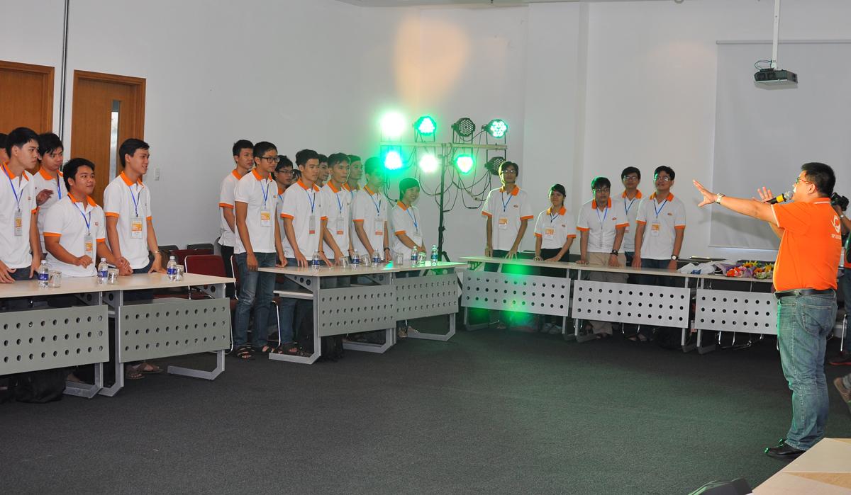 MC Trần Minh Trí khởi động chương trình vớichicken dance, bài hát kết hợp điệu nhảy sôi động. Đây là lần đầu tiên các đội dự thi SMAC Challenge phía Nam gặp nhau nên ban đầu chưa quen và khá bỡ ngỡ.