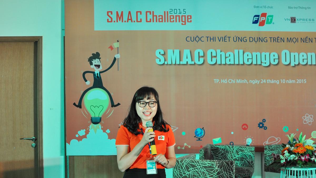 """Chị Đặng Ánh Tuyết, Trưởng phòng Thương hiệu, Ban Truyền thông FPT, chào mừng thí sinh và giới thiệu về FPT. Khi được hỏi """"Các bạn biết ai ở FPT?"""", không nhiều cái tên được nhắc đến. Sinh viên cũng chỉ đưa ra được một vài ngành ở FPT. Ngay sau đó, các thí sinh SMAC Challenge có dịp được xem video, hình ảnh và thông tin các mốc lịch sử đáng nhớ của tập đoàn."""