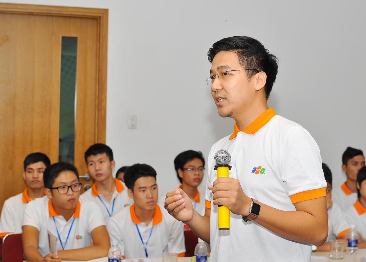Lần lượt các diễn giả Trần Hồng Minh, Giám đốc Trung tâm giải pháp công nghệ FPT (FTS), Nguyễn Minh Đức (ảnh), Trưởng dự án bảo mật, Ban công nghệ FPT và anh Trịnh Trúc Linh, PGĐ FSU17, chia sẻ về Ứng dụng công nghệ giải quyết các vấn đề xã hội; Xu hướng an ninh mạng và sản phẩm bảo mật mà FPT đang triển khai; Tuyển dụng và đào tạo để trở thành lập trinh viên tham gia các dự án toàn cầu của FPT Software.