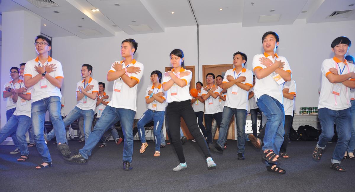 Buổi tối, bàn ghế được xếp gọn để sảnh làm nền cho sinh viên 'quẩy' cùng nhau. Đầu tiên là các điệu nhảy FPT Dance. Bài nhảy gồm 25 động tác mô phỏng những hoạt động thường ngày FPT như: Gõ bàn phím, kéo cáp, họp hành, làm chiến lược, ca hát và thể thao…