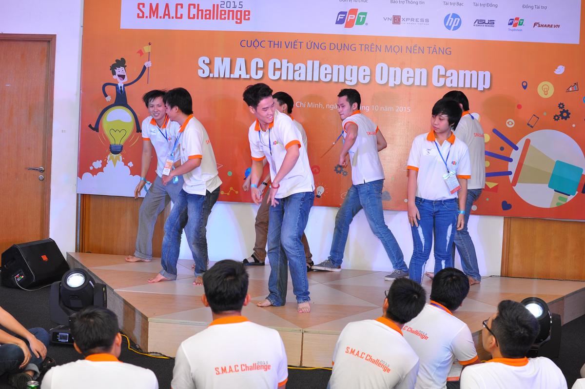 Sau đó, mỗi đội có 10 phút để cùng tập nhảy với nhạc cho sẵn. Ảnh nhóm 3 quá phụ thuộc vào việc làm theo đội trưởng nên khi lên 'sàn', mỗi người nhảy theo một hướng.