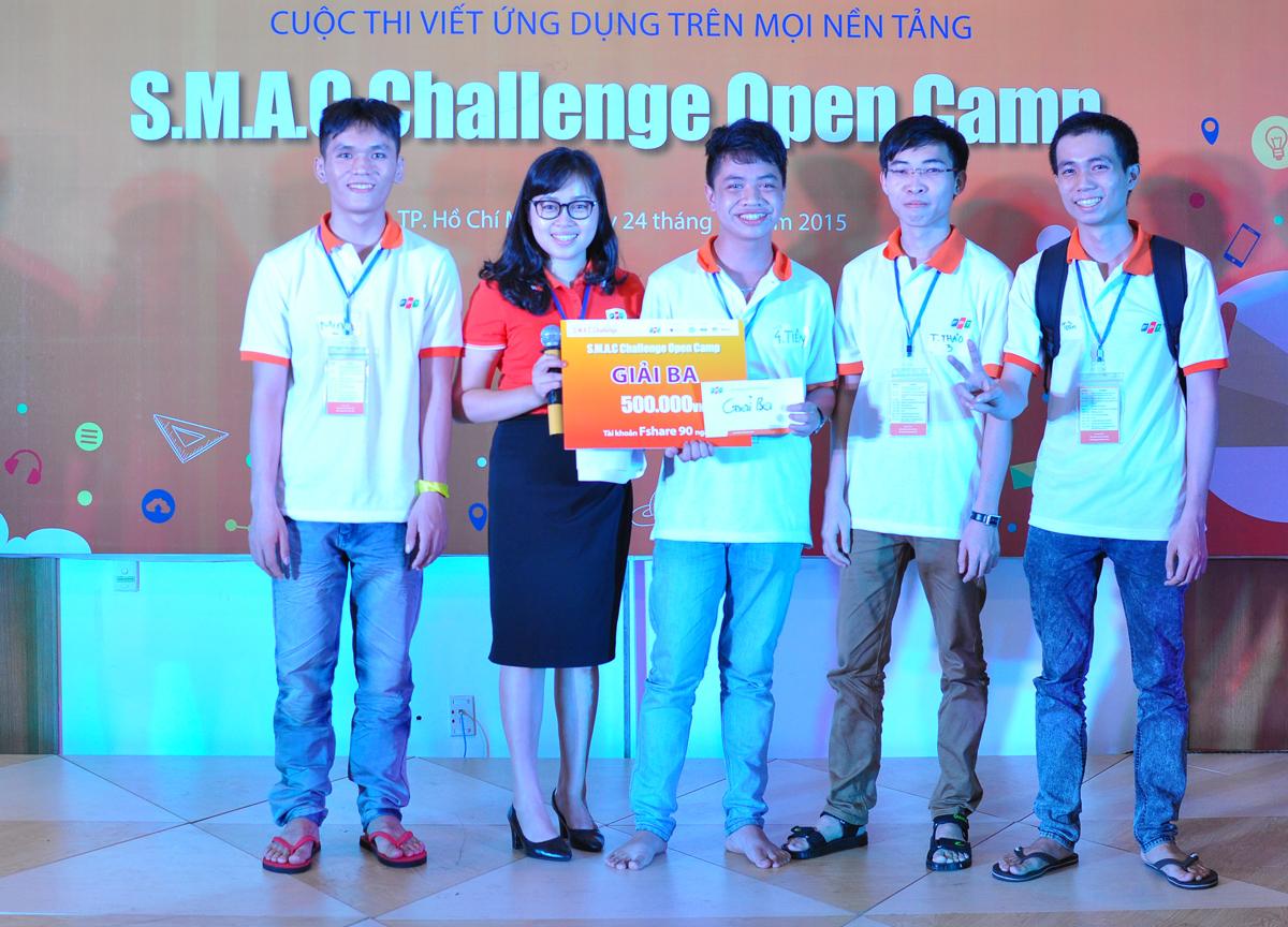 """Chương trình kết thúc lúc 21h15. Ngoài giải cho nhóm, Ban tổ chức sẽ trao giải cho từng đội thi dựa theo tổng điểm của các cá nhân. Theo đại diện Ban tổ chức, dự kiến ngày 31/10, các đội sẽ trình bày ứng dụng trước Ban giám khảo tại tòa nhà Tân Thuận, quận 7. Với chủ đề """"Số hóa giọng nói"""", SMAC Challenge 2015 là cuộc thi đầu tiên tại Việt Nam tìm kiếm và phát triển các ý tưởng công nghệ tương tác bằng giọng nói. Ngoài giải thưởng bằng tiền mặt giá trị lớn, cuộc thi còn mang đến nhiều cơ hội việc làm trong lĩnh vực công nghệ mới, cơ hội được Quỹ FPT Ventures rót vốn đầu tư cho các ứng viên. SMAC Challenge là cuộc thi viết ứng dụng công nghệ thường niên, dành cho các bạn trẻ, do Tập đoàn FPT tổ chức. Sau 2 năm, cuộc thi thu hút được hàng nghìn thanh niên trên địa bàn Hà Nội tham gia. Năm 2015, FPT mở rộng phạm vi cuộc thi ra toàn quốc. Cuộc thi được tài trợ bởi Công ty HP Việt Nam (tài trợ Bạc) và Công ty Asus Việt Nam (tài trợ Đồng). Năm 2014, đội FU-Agile (ĐH FPT) đã giành giải nhất SMAC Challenge. Trước đó, năm 2013, đội SRC PTIT đến từ Học viện Bưu chính Viễn thông đã trở thành nhà vô địch của SMAC Challenge mùa đầu tiên."""