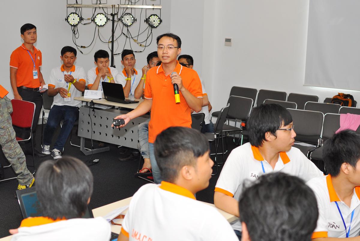 Ban tổ chức mời anh Phạm Thăng Long, FPT IS, từ Hà Nội vào hướng dẫn và điều phối game. Đây cũng là một phần trong cuộc thi Trạng hằng năm của FPT.