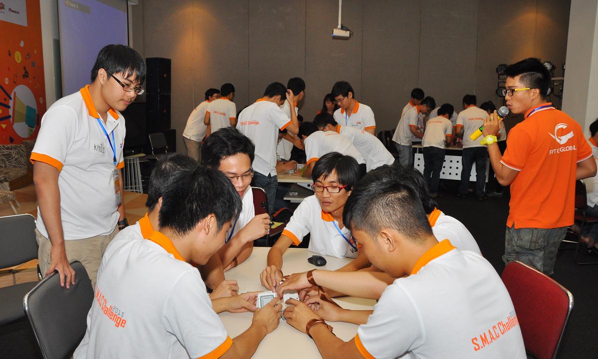 Ban đầu nhóm 7 úp các lá bài vào nhau để xây tháp. Tuy nhiên, cách này không hiệu quả và quá thấp.