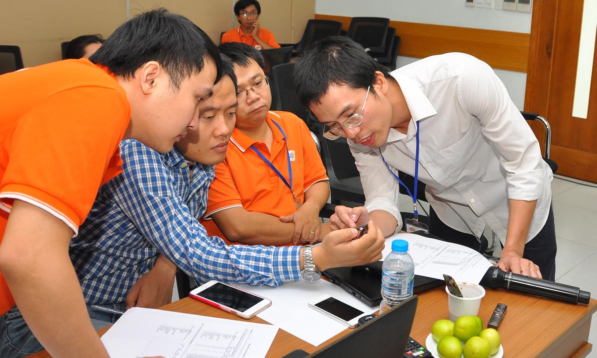 """Feed-Quit gồm các thành viên: Huỳnh Quang Thảo, Trần Quang Huy và Hà Kim Quy, đến từ ĐH FPT. Sản phẩm của nhóm là hệ thống hỗ trợ dẫn đường (xe bus và xemáy) trên thiết bị thông minh (smartphone, smartwear) bằng giọng nói. Bài trình bày nhiều thông tin và sản phẩm demo ấn tượng nên Feed-Quit được Ban giám khảo đánh giá cao. """"Bọn em hiện thực hóa ý tưởng của một chuyên gia Microsoft"""", nhóm trưởng Huỳnh Quang Thảo (áo trắng), tiết lộ."""