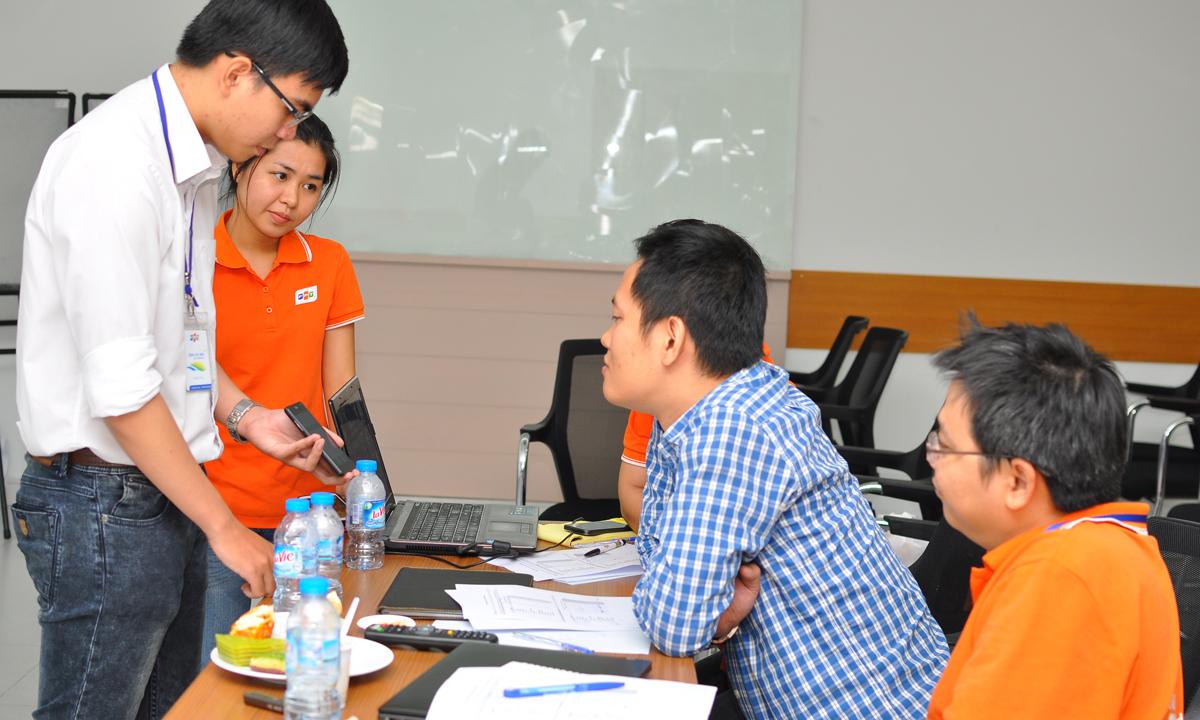 Làm việc liên tục từ 13h với 13 đội trình bày, đến hơn 19h, buổi demo SMAC Challenge đón thành viên cuối cùng là Vũ Huỳnh Nguyên Nhật, nhóm Sirivi, đến từ ĐH FPT.