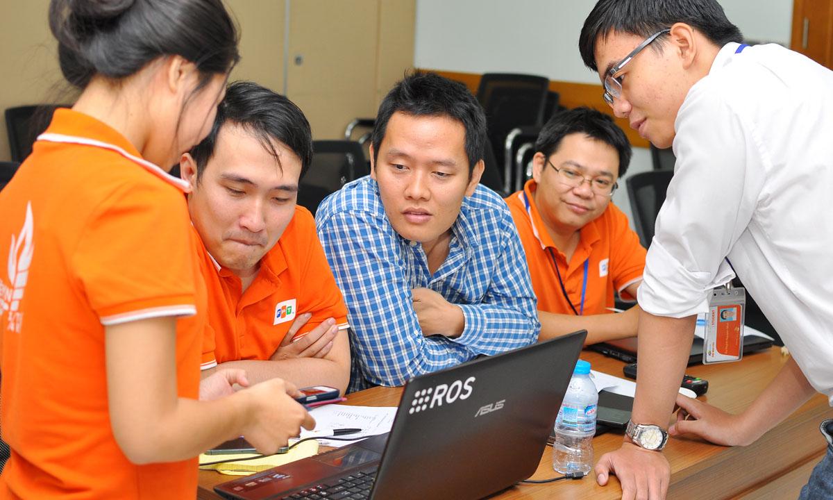 Ứng dụng của Nhật là phiên bản Siri tiếng Việt. Sau chương trình, Ban tổ chức sẽ chọn ra 6 đội tại Sài Gòn và 10 đội tại Hà Nội vào vòng trong. Tại vòng Bán kết diễn ra ngày 14-15/11 tới, 16 đội sẽ demo sản phẩm đã hoàn thiện. 4 đội xuất sắc nhất được lựa chọn vào Chung kết. SMAC Challenge là cuộc thi viết ứng dụng công nghệ thường niên, dành cho các bạn trẻ, do Tập đoàn FPT tổ chức. Ngoài giải thưởng bằng tiền mặt giá trị lớn, cuộc thi còn mang đến nhiều cơ hội việc làm trong lĩnh vực công nghệ mới, cơ hội được Quỹ FPT Ventures rót vốn đầu tư cho các ứng viên. Năm 2015, FPT mở rộng phạm vi cuộc thi ra toàn quốc. Cuộc thi được tài trợ bởi Công ty HP Việt Nam (tài trợ Bạc) và Công ty Asus Việt Nam (tài trợ Đồng). Truyền hình FPT và Fshare (thuộc FPT Telecom) là hai nhà đồng tài trợ. >> Sếp FPT tiết lộ cách nhận ứng viên sau một câu hỏi
