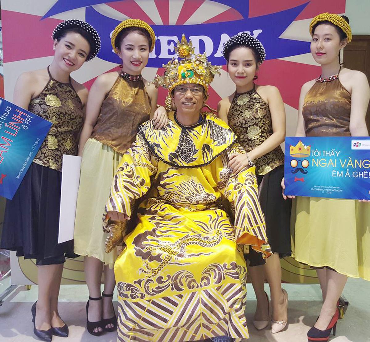 """FPT Telecom HCM tổ chức buổi lễ tôn vinh tập trung vào chiều tối ngày 11/11 tại căng-tin tòa nhà FPT Tân Thuận. Với chủ đề """"King of the day - Một ngày làm vua"""", mỗi nam nhân được khoác lên mình """"hoàng bào"""", đội vương miện và chụp hình cùng các chân dài xinh đẹp. Trước đó, buổi sáng cùng ngày, các phòng ban, trung tâm trực thuộc FPT Telecom HCM cũng đã tự tổ chức các hoạt động tôn vinh riêng lẻ tại đơn vị mình. Ảnh: FB."""