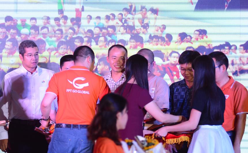 Sau tiết mục warm-up và phát biểu khai mạc ngắn gọn của TGĐ FPT Telecom Nguyễn Văn Khoa là phần vinh danh các tập thể đạt thành tích xuất sắc trong năm 2015.