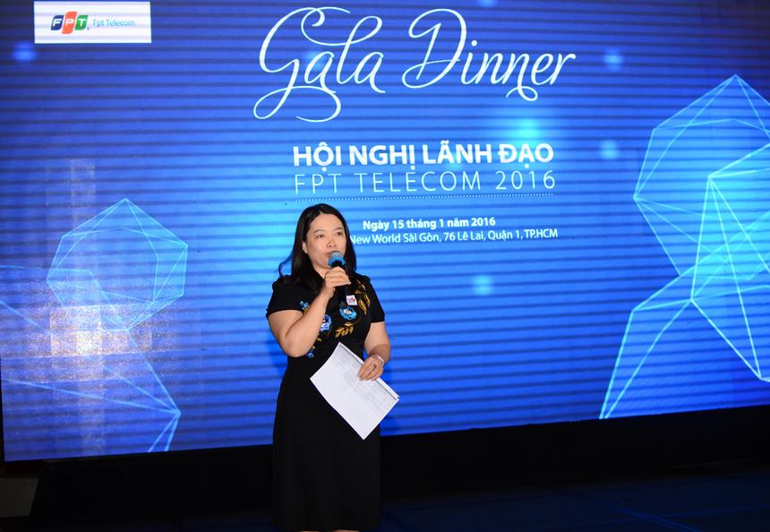 Chị Vũ Mai Hương - PTGĐ FPT Telecom - đại diện Ban lãnh đạo công bố bảng xếp hạng Bảng Vàng và Bảng Bùn.