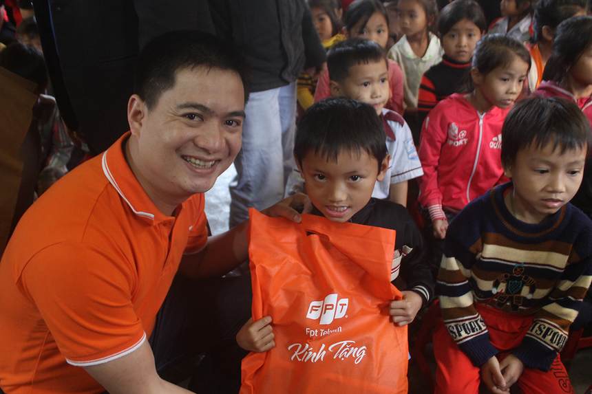Trước đó, Viễn thông FPT chi nhánh Cao Bằng cũng kết hợp cùng chi đoàn cán bộ giảng viên trường Cao đẳng Sư phạm Cao Bằng trao tặng 155 phần quà cho các cháu nhỏ tại Trung tâm Bảo trợ xã hội tỉnh Cao Bằng.
