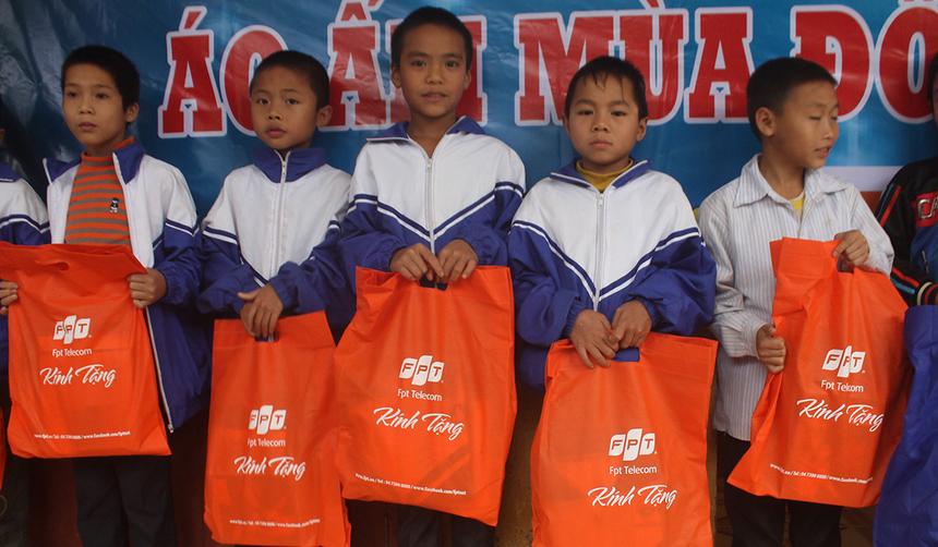 Ngoài trao quà, người FPT còn trao tặng hai tủ sách cho trường Tiểu học số 2 Tân Hoá, xã Tân Hoá vàTrường tiểu học Phú Nhiêu, xã Thượng Hoá.