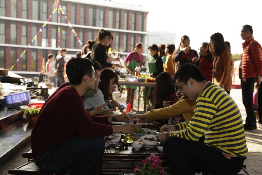 Nguyễn Thị Minh Phượng, FSU11.Test, chia sẻ, cô thấy chương trình hội chợ Xuân rất vui. Đây là lần đầu tiên tham gia và thi gói bánh chưng, cô cảm thấy không khí Tết đến thật gần.