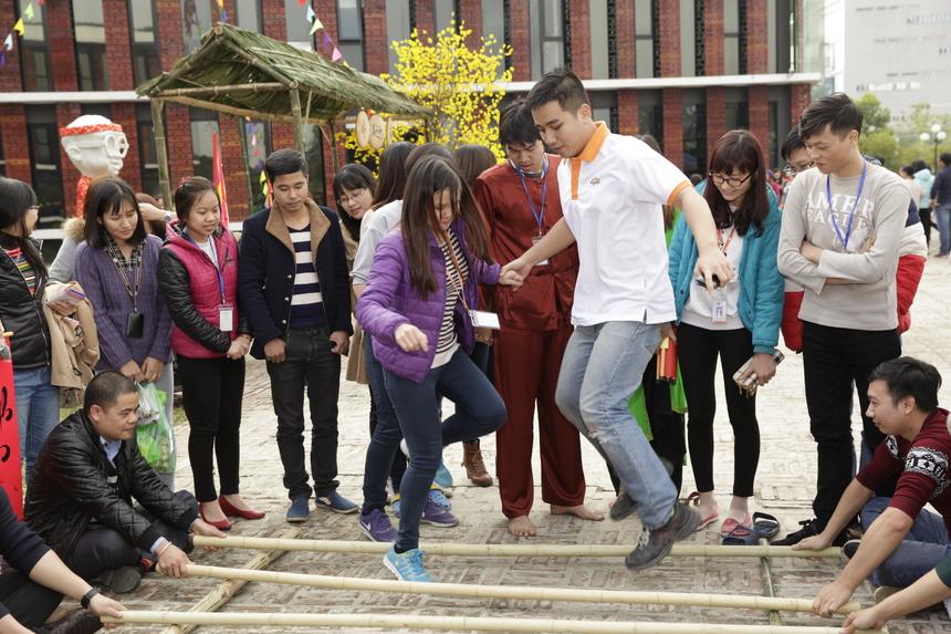 Trong trò nhảy sạp, mỗi nhóm có 2-3 người tham gia. Nhóm nào không bị kẹp chân sẽ được voucher 50.000 đồng từ BTC. Voucher này có thể sử dụng để mua đồ ăn tại chợ làng.