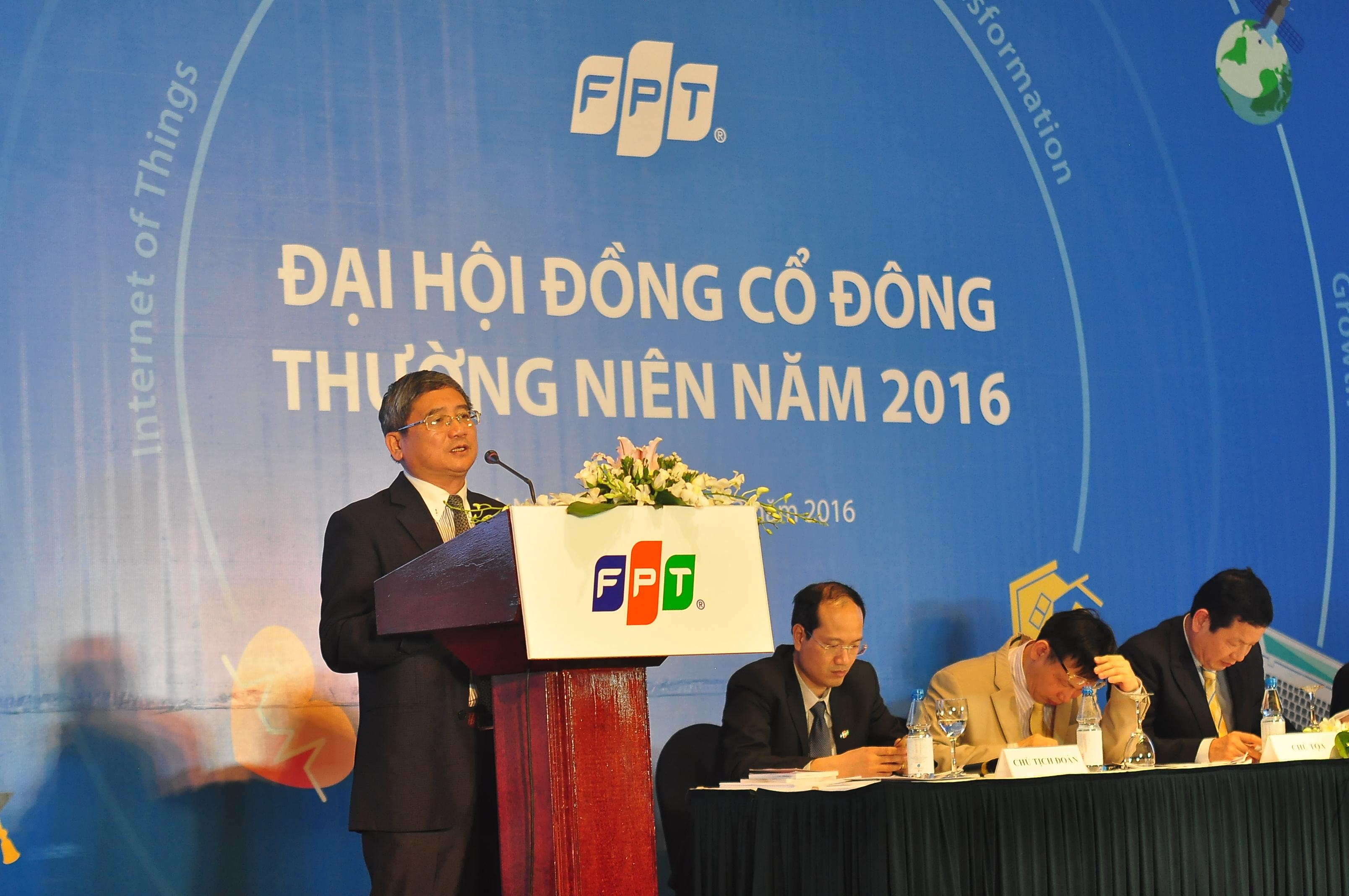 """Trước sự tin tưởng của cổ đông, nhà đầu tư, TGĐ FPT Bùi Quang Ngọc khẳng định: """"FPT sẽ tiếp tục phát huy kết quả của năm 2015 và CBNV tập đoàn sẽ nỗ lực để đạt được kết quả năm 2016. Đó là lời cam kết của FPT""""."""