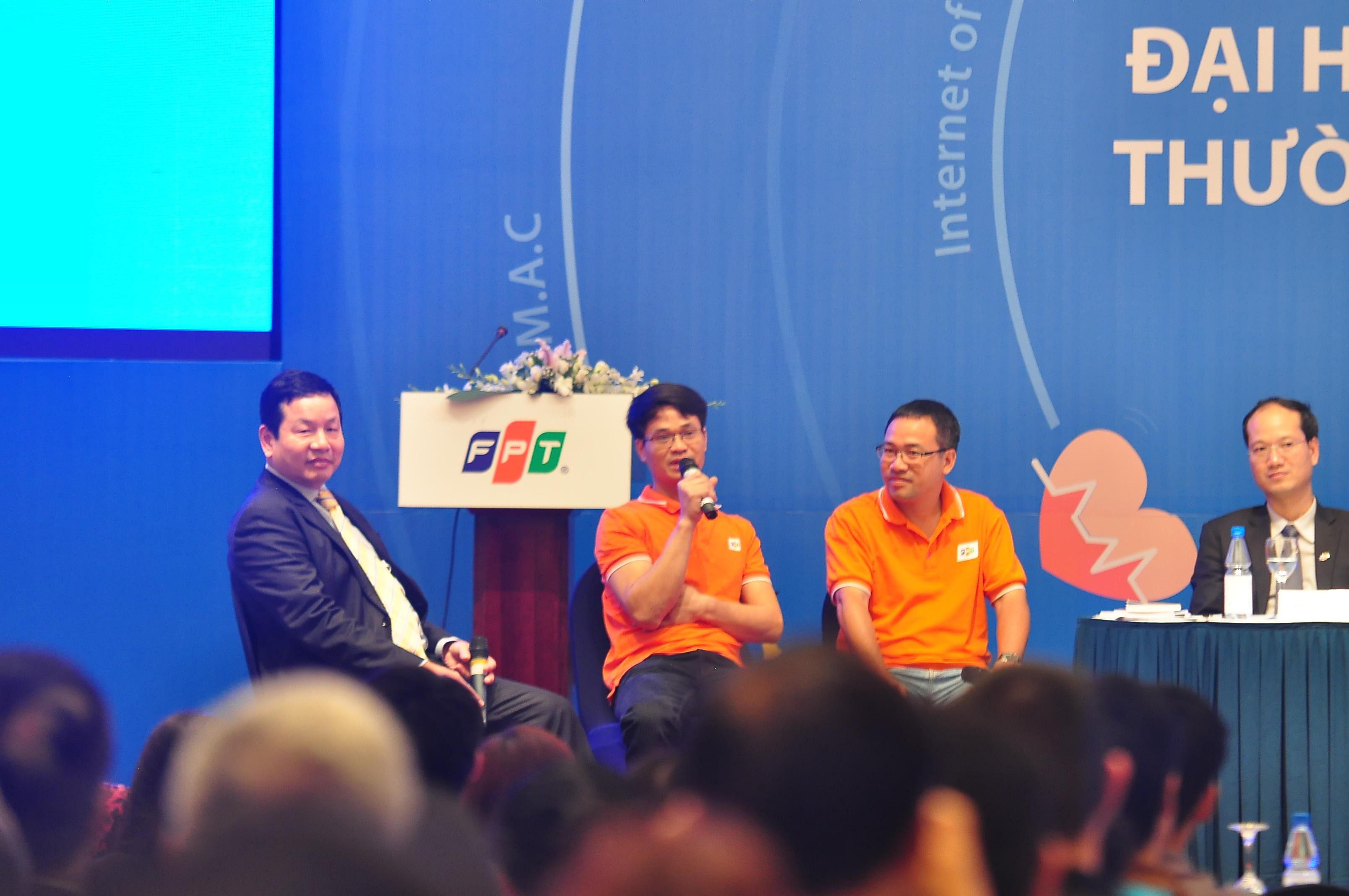 Lần đầu tiên, các chuyên gia công nghệ FPT, gồm anh Lê Hồng Việt (Giám đốc Công nghệ FPT), Đỗ Xuân Trường (FPT Software), Nguyễn Toàn Thắng (FPT IS), Đinh Lê Đạt (GĐ ANTS) và Nguyễn Minh Đức (Trưởng nhóm Bảo mật, Ban Công nghệ FPT) đã chia sẻ với cổ đông FPT về niềm đam mê công nghệ và những giải pháp, ứng dụng mà tập đoàn mang tới người dùng. Theo các chuyên gia, trong 3 năm tới,công nghệ sẽ ứng dụng vào đời sống, sản xuất, kinh doanh một cách triệt để.